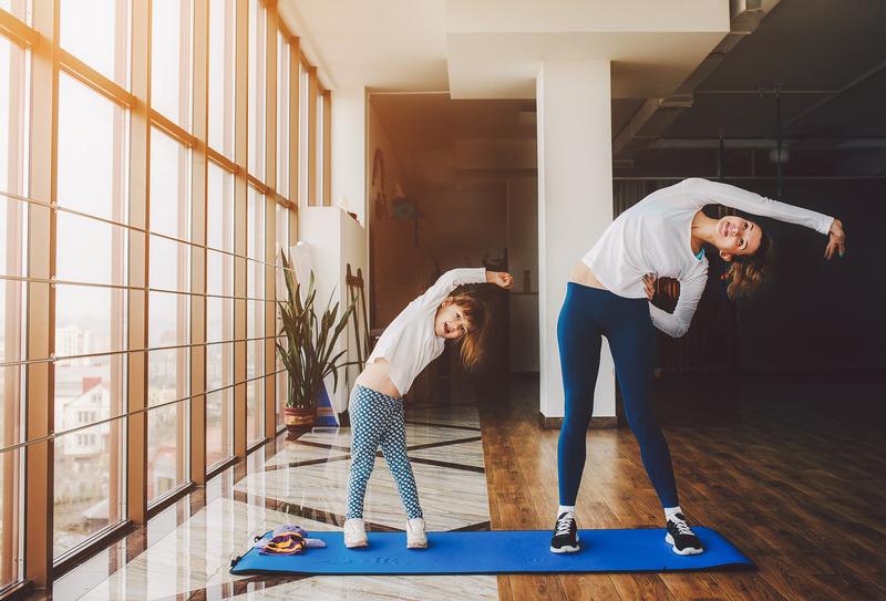 Deux filles font du sport à la maison